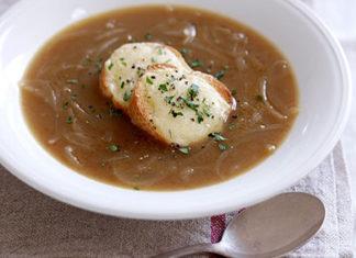 cena con sopa de cebolla