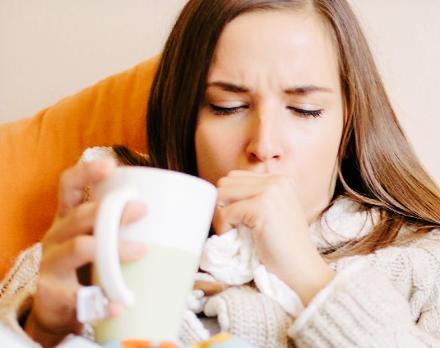 beber agua contra la tos nocturna y las flemas