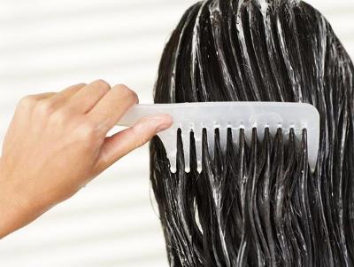 La máscara para los cabellos que restablece los cabellos estropeados